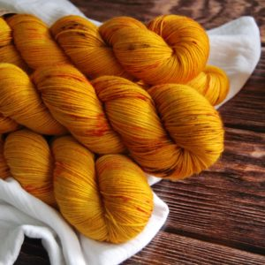 une-louve-dans-les-bois-3-merino-artisanal-teinte-main-fine-sock-les-tournesols