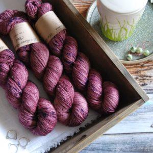 une-louve-dans-les-bois-3-merino-artisanal-teinte-main-single-blueberry-sorbet
