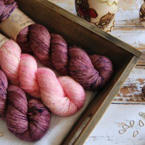 une-louve-dans-les-bois-3-merino-artisanal-teinte-main-single-jolies-fleurs-blueberry-sorbet-little-lady