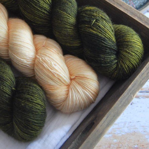 une-louve-dans-les-bois-3-merino-artisanal-teinte-main-single-jolies-fleurs-soleil-de