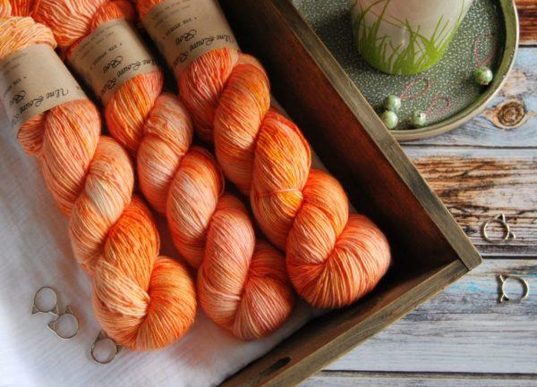 une-louve-dans-les-bois-3-merino-artisanal-teinte-main-single-marmelade-d-agrumes
