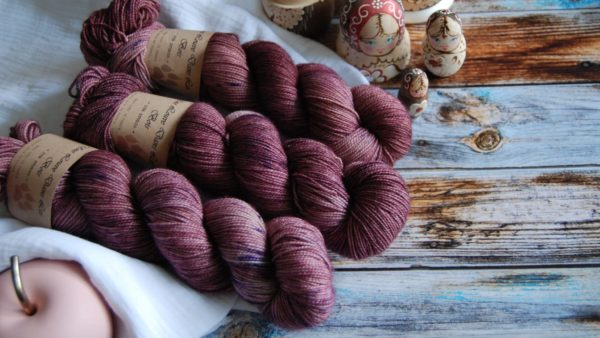 une-louve-dans-les-bois-3-merino-artisanal-teinte-main-twist-sock-blueberry-sorbet