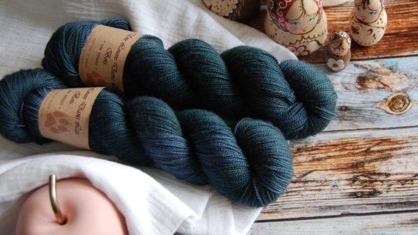 une-louve-dans-les-bois-3-merino-artisanal-teinte-main-twist-sock-dans-les-profondeurs