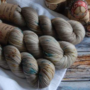 une-louve-dans-les-bois-3-merino-artisanal-teinte-main-twist-sock-en-amoureux-sur-la-plage