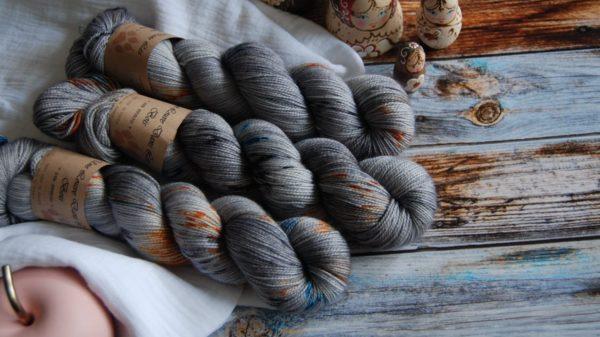 une-louve-dans-les-bois-3-merino-artisanal-teinte-main-twist-sock-epaves-en-mer-d-iroise