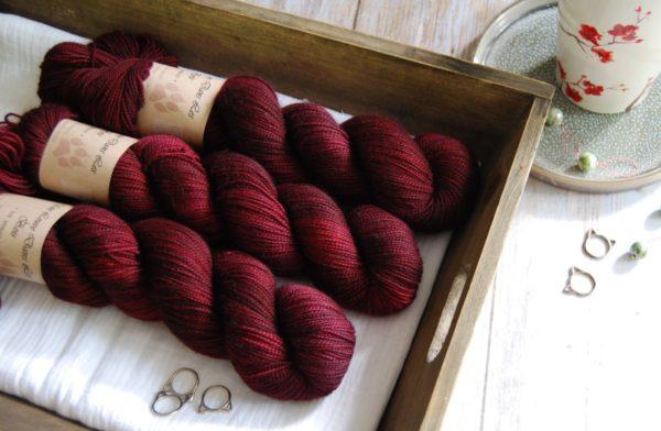 une-louve-dans-les-bois-3-merino-artisanal-teinte-main-twist-sock-petite-griotte