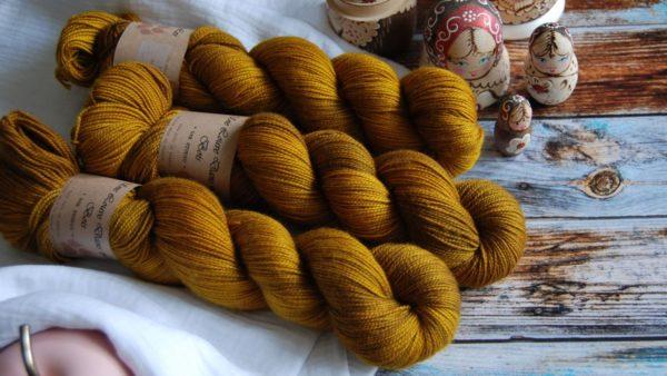une-louve-dans-les-bois-3-merino-artisanal-teinte-main-twist-sock-ruee-l-or