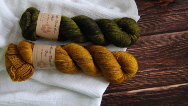 une-louve-dans-les-bois-3-merino-artisanal-teinte-main-twist-sock-ruee-vers-l-or-foret-noire