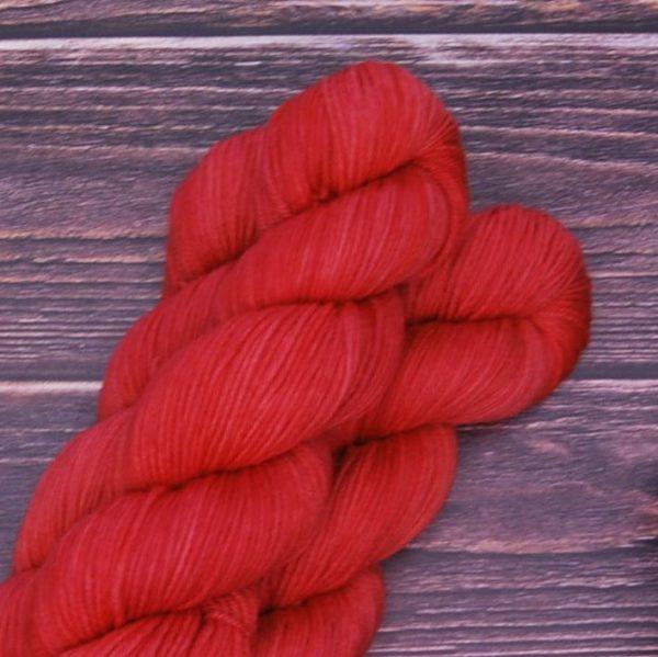 une-louve-dans-les-bois-4-laine-artisanal-teinte-main-DK-merino-coeur-de-cerise