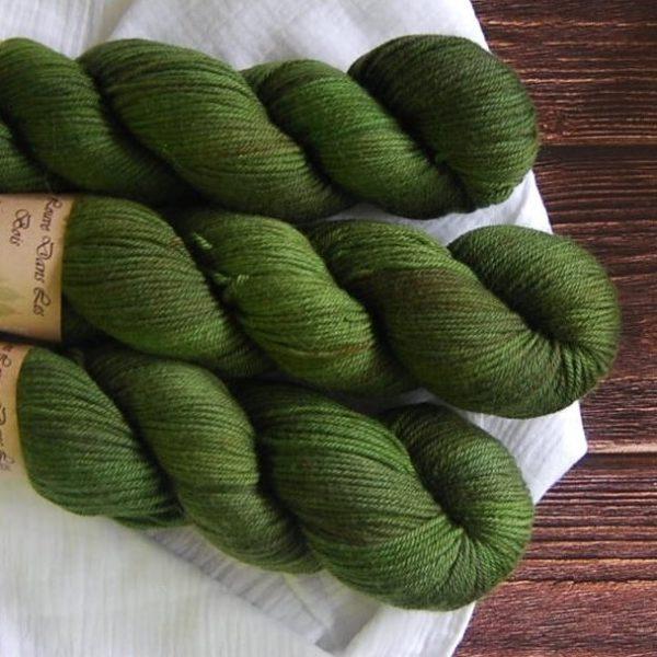 une-louve-dans-les-bois-4-laine-artisanal-teinte-main-DK-merino-foret-noire