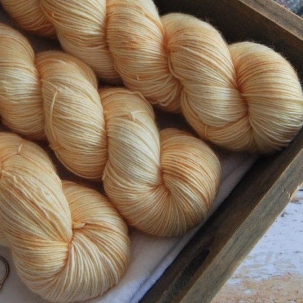 une-louve-dans-les-bois-4-laine-artisanal-teinte-main-single-merino-soleil-de-minuit