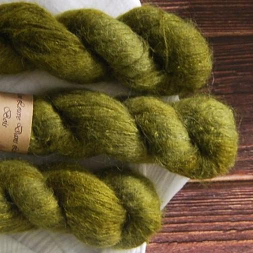 une-louve-dans-les-bois-4-laine-artisanal-teinte-main-suri-alpaga-foret-noire