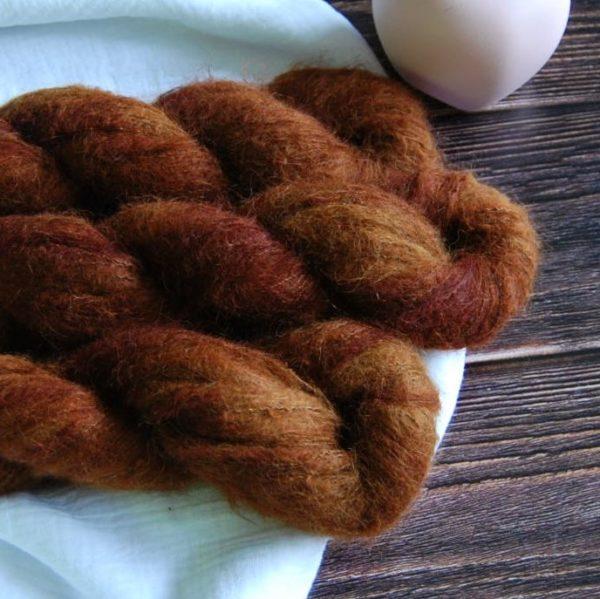 une-louve-dans-les-bois-4-laine-artisanal-teinte-main-suri-alpaga-l-odeur-du-bois