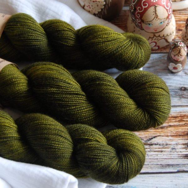 une-louve-dans-les-bois-4-laine-artisanal-teinte-main-twist-sock-foret-noire