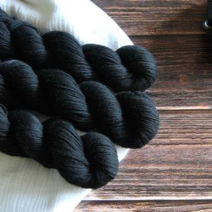 une-louve-dans-les-bois-4-merino-artisanal-teinte-main-fine-sock-clair-obscur