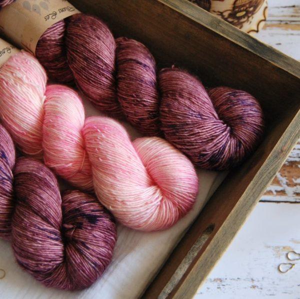 une-louve-dans-les-bois-4-merino-artisanal-teinte-main-single-jolies-fleurs-blueberry-sorbet-little-lady