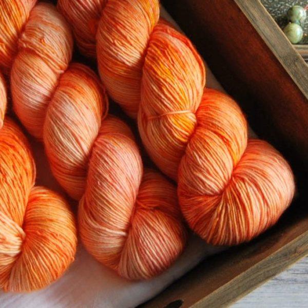 une-louve-dans-les-bois-4-merino-artisanal-teinte-main-single-marmelade-d-agrumes