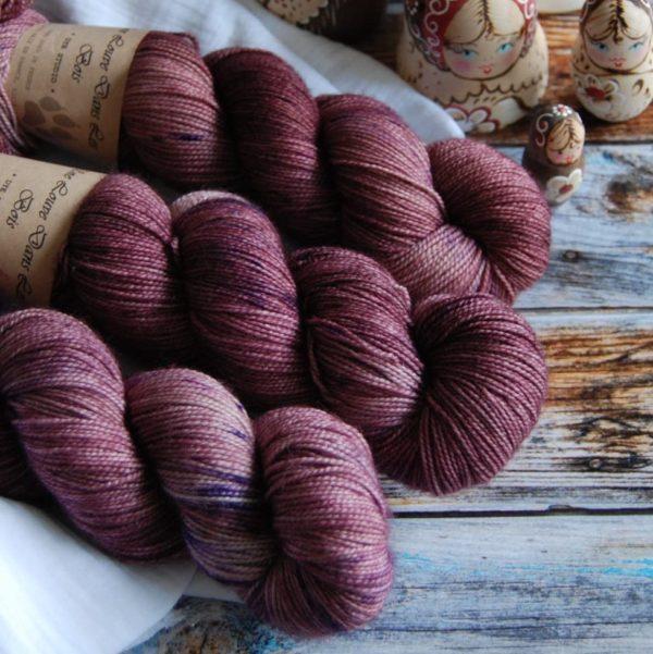 une-louve-dans-les-bois-4-merino-artisanal-teinte-main-twist-sock-blueberry-sorbet