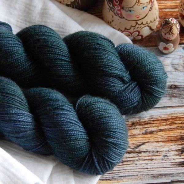 une-louve-dans-les-bois-4-merino-artisanal-teinte-main-twist-sock-dans-les-profondeurs