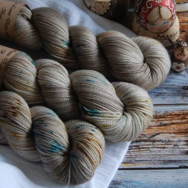 une-louve-dans-les-bois-4-merino-artisanal-teinte-main-twist-sock-en-amoureux-sur-la-plage