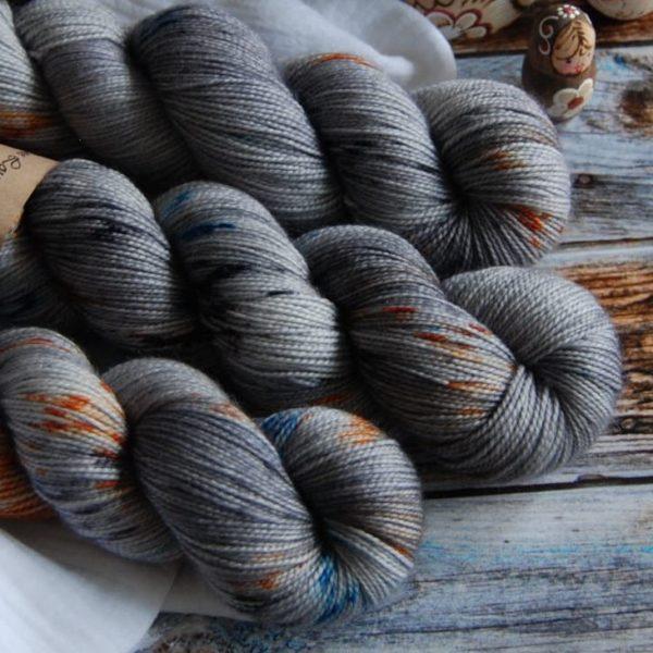 une-louve-dans-les-bois-4-merino-artisanal-teinte-main-twist-sock-epaves-en-mer-d-iroise