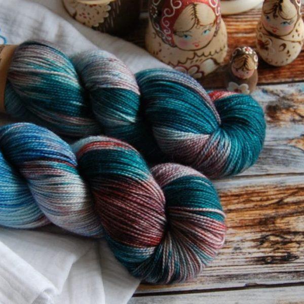 une-louve-dans-les-bois-4-merino-artisanal-teinte-main-twist-sock-nymphéas