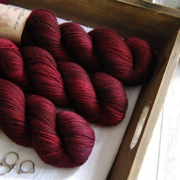 une-louve-dans-les-bois-4-merino-artisanal-teinte-main-twist-sock-petite-griotte