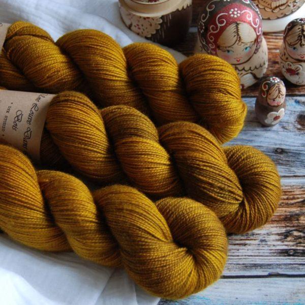une-louve-dans-les-bois-4-merino-artisanal-teinte-main-twist-sock-ruee-l-or