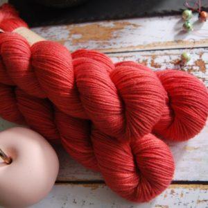 une-louve-dans-les-bois-5-laine-artisanal-teinte-main-DK-merino-coeur-de-cerise