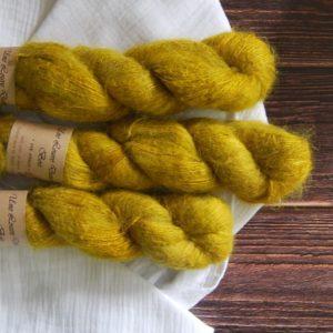 une-louve-dans-les-bois-5-laine-artisanal-teinte-main-suri-alpaga-ruee-vers-l-or