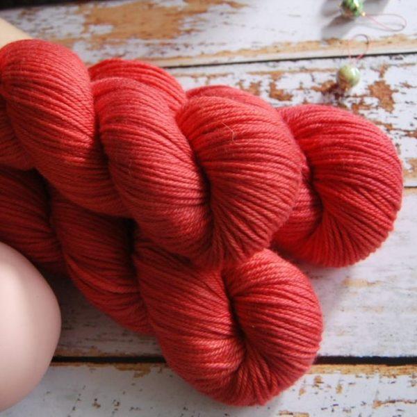 une-louve-dans-les-bois-6-laine-artisanal-teinte-main-DK-merino-coeur-de-cerise