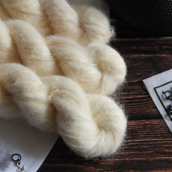une-louve-dans-les-bois-6-laine-artisanal-teinte-main-suri-alpaga-soleil-de-minuit