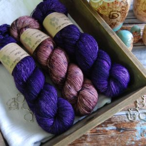 une-louve-dans-les-bois-kit-millesime-laine-artisanale-teinte-main-france-single-twist-fine-blueberry-sorbet-1001-nuits