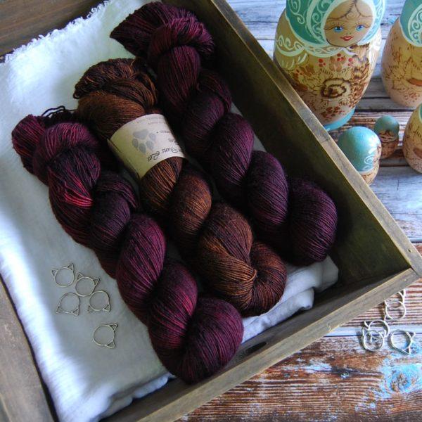 une-louve-dans-les-bois-kit-millesime-laine-artisanale-teinte-main-france-single-twist-fine-erable-en-automne-l-odeur-du-bois