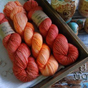 une-louve-dans-les-bois-kit-millesime-laine-artisanale-teinte-main-france-single-twist-fine-palais-des-vents-marmelade-d-agrumes
